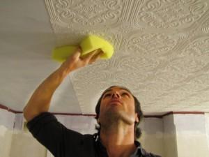 как правильно клеить обои, на потолок ,фото
