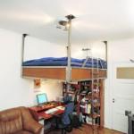 Кровать под потолком – лучший выход для небольшой комнаты