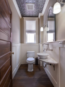 потолок в туалете, фото