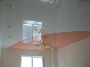 двухцветный, одноуровневый потолок, фото
