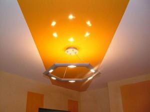 двухцветный, натяжной потолок, в гостиной, фото