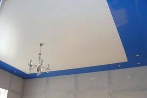 двухцветный потолок, натяжной, бело-синий, фото