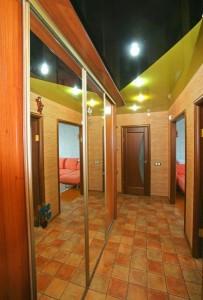 двухцветный потолок, в прихожей, натяжной, фото