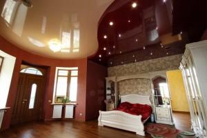двухцветный, бежевый, бордовый потолок, фото, в спальне