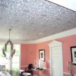 Флизелиновые обои на потолок — методы оклеивания и окраски