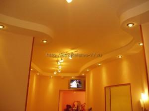 красивый потолок из гипсокартона, в высокой комнате