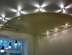 вариант освещения потолка, расположение светильников