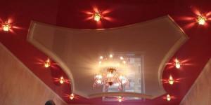 освещение натяжного потолка, люстры, точечные светильники