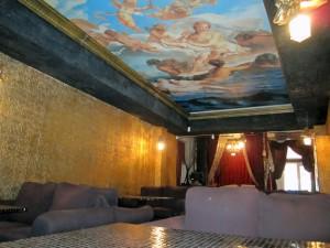интерьер с потолочной фреской, в спальне
