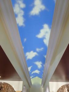 фотообои небо, на потолке
